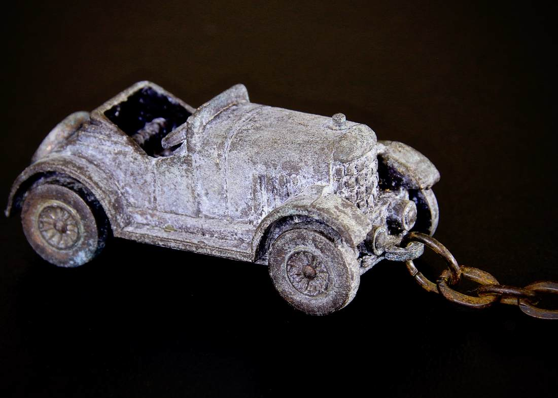 Vintage metal key chain. 1924 Morris. Made in Hong Kong.